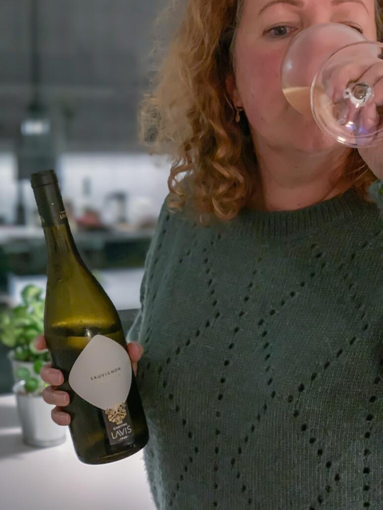 Lotte proeft wijn